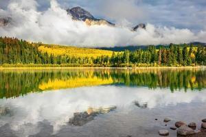 nuvens adoráveis se refletem na água fria
