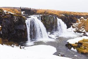 água cai no profundo parque nacional da Islândia foto