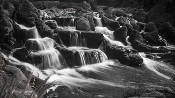 cachoeira fluindo
