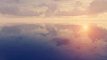 nuvens do pôr do sol sobre a superfície do espelho foto