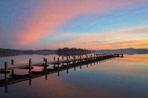 nascer do sol colorido no lago wörthsee