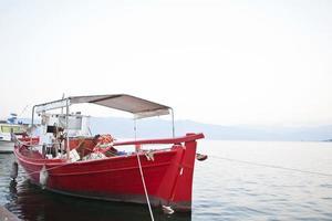 barco de pesca em um porto grego foto