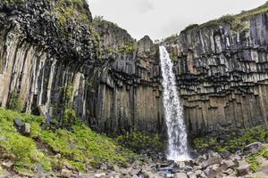 Cachoeira de svartifoss com colunas de basalto. Parque Nacional Skaftafell, Islândia