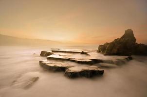 Praia Azkorri ao pôr do sol foto