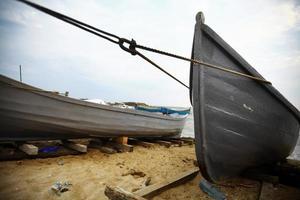 barcos à beira-mar