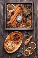 especiarias e decoração de natal. fundo de comida de natal foto