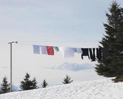 lavagem de inverno pendurada para secar na área rural