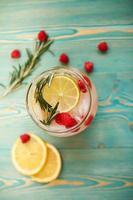 água detox com framboesa, lima, limão e alecrim