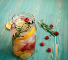 água desintoxicante refrescante na jarra