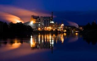 fábrica de poluição foto