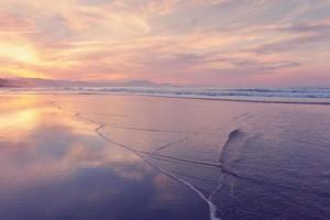 costa da praia no verão ao pôr do sol