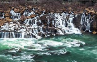Cachoeira Hraunfossar na Islândia