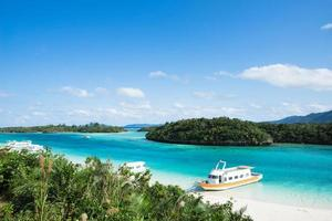 lagoa azul límpida com barcos de cruzeiro