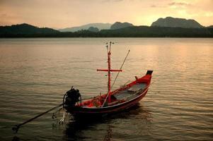 vista panorâmica do sol do barco de cauda longa de pesca tradicional.