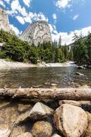 piscina esmeralda e tampa da liberdade no parque nacional de yosemite, califórnia