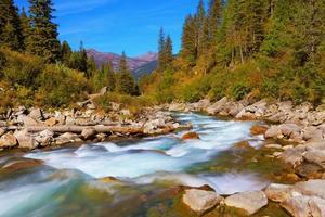 pastoral no vale da montanha alpina