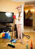 garota limpando a sala de estar com cotonete foto