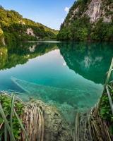 barco afundado no parque nacional dos lagos plitvice na croácia