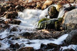córrego da montanha. corrente de água. córrego da cachoeira. foto