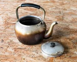 água fervente velha, na mesa de madeira