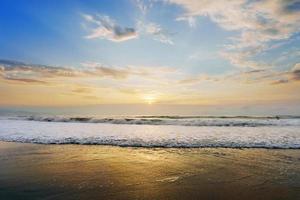 costa da praia ao pôr do sol