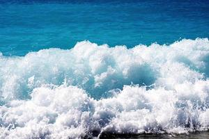 respingo de onda na superfície do mar foto