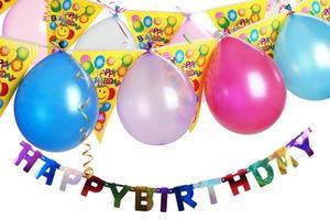 balões de festa de aniversário com banners de feliz aniversário foto