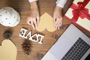 decorações de natal em cima de uma mesa foto