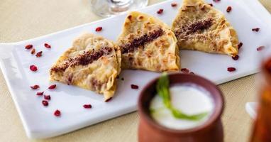 saboroso qutab, refeição azerbaijani com iogurte foto