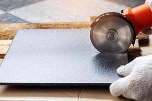 corte de telhas com um moedor elétrico foto
