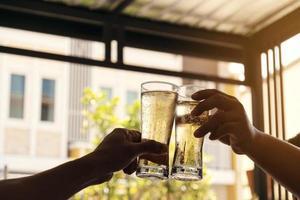 vivas com dois copos de cerveja foto