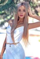 mulher usando um vestido branco foto