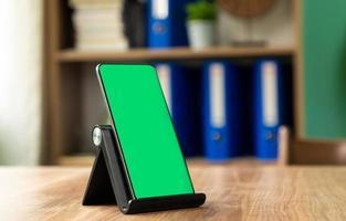 smartphone em um suporte de telefone foto