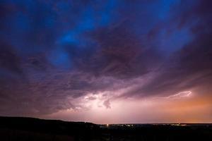 relâmpago em uma tempestade foto