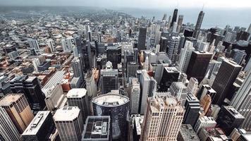 edifícios de concreto cinza durante o dia foto