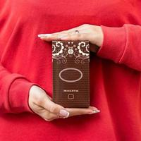 mulher segurando uma caixa de perfume