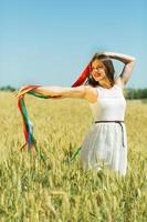 garota feliz segurando fitas coloridas