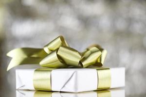 presente branco com fitas douradas