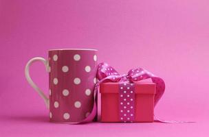 caneca de café de tema rosa e presente com bolinhas.