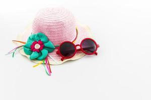 chapéu tecido, com óculos de sol vermelhos.