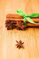 Paus de canela e anis na mesa de madeira