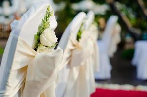 cadeira de casamento branca e flor