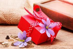 caixa de presente vermelha amarrada com fita vermelha