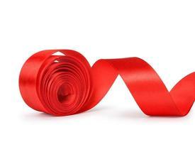 o rolo desenrolado de fita vermelha