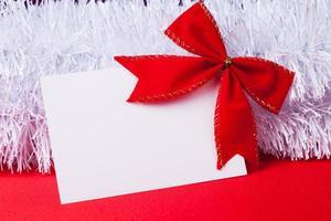 cartão de Natal em branco com laço vermelho foto