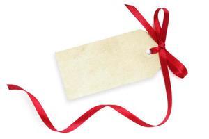 etiqueta de presente em branco com fita vermelha em fundo branco