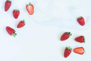 Morangos frescos no verão vegetariano limpo comendo alimentos com vitaminas foto