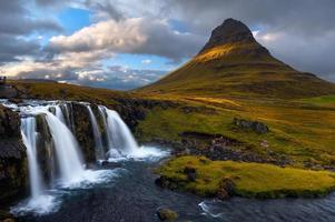 montanha kirkjufell com cachoeiras em primeiro plano, península de snaefellsnes, Islândia. foto