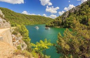 navios de turismo em um rio krka, croácia, europa foto