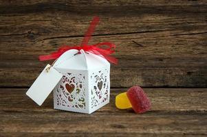caixa de presente com chocolates em fundo de madeira